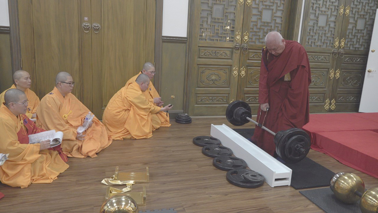thumbnail_1. Elderly Holy Guru Kaichu Jiaozun who is almost 90 years old lifted .jpg